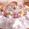 Mesa de almoço branca, rosa e muito florida