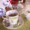 Servindo chá de ervas frescas em uma tarde ensolarada