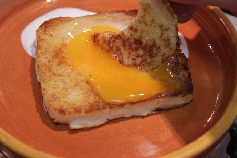 #DicaDaTia: coloque na frigideira o miolo do pão para tostar e mele na gema. Delícia!