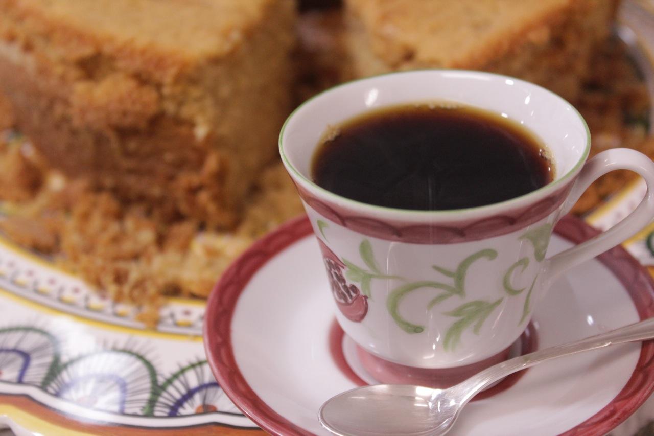 Com bolo de mel, para deixar a hora do café mais gostosa :)
