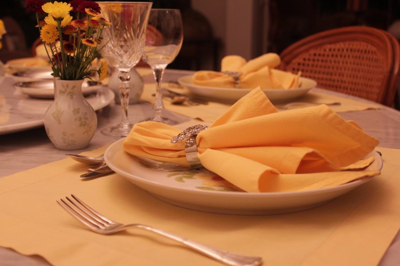 Mesa de jantar em tons de amarelo – Segredos da Tia Emília #BD5A0E 1280x853