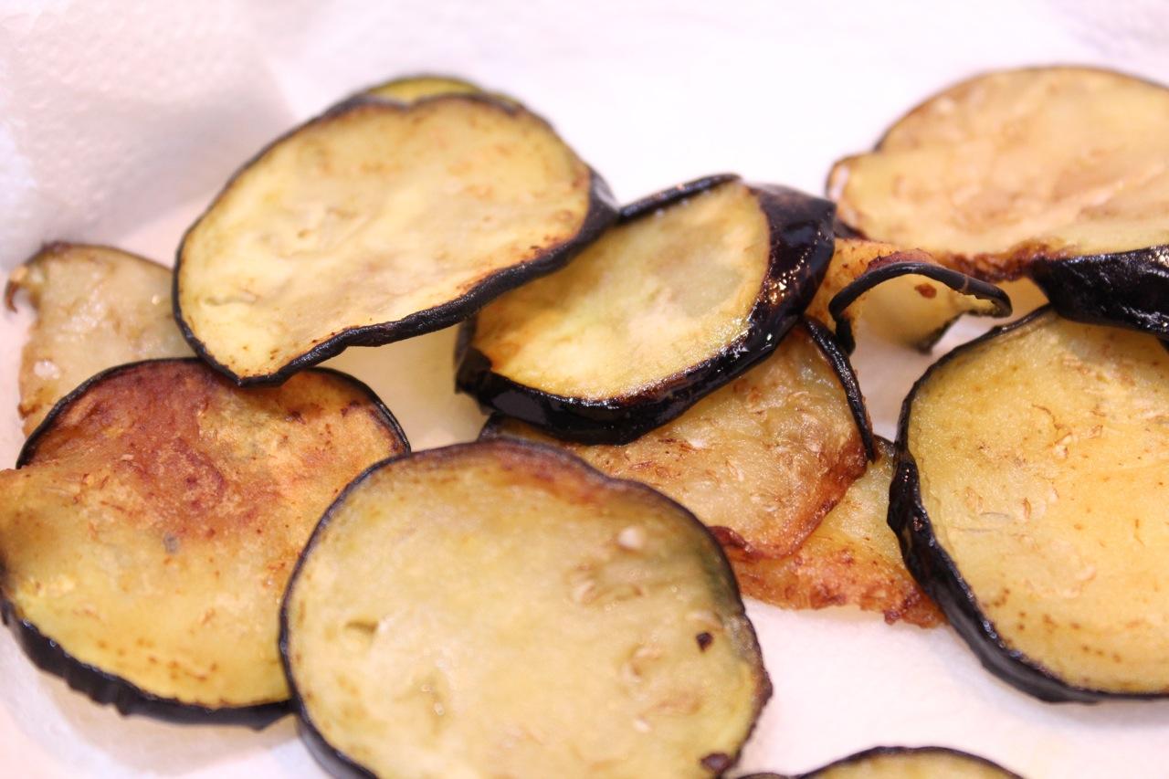 Berinjelas depois de fritas no azeite de oliva: levemente douradas