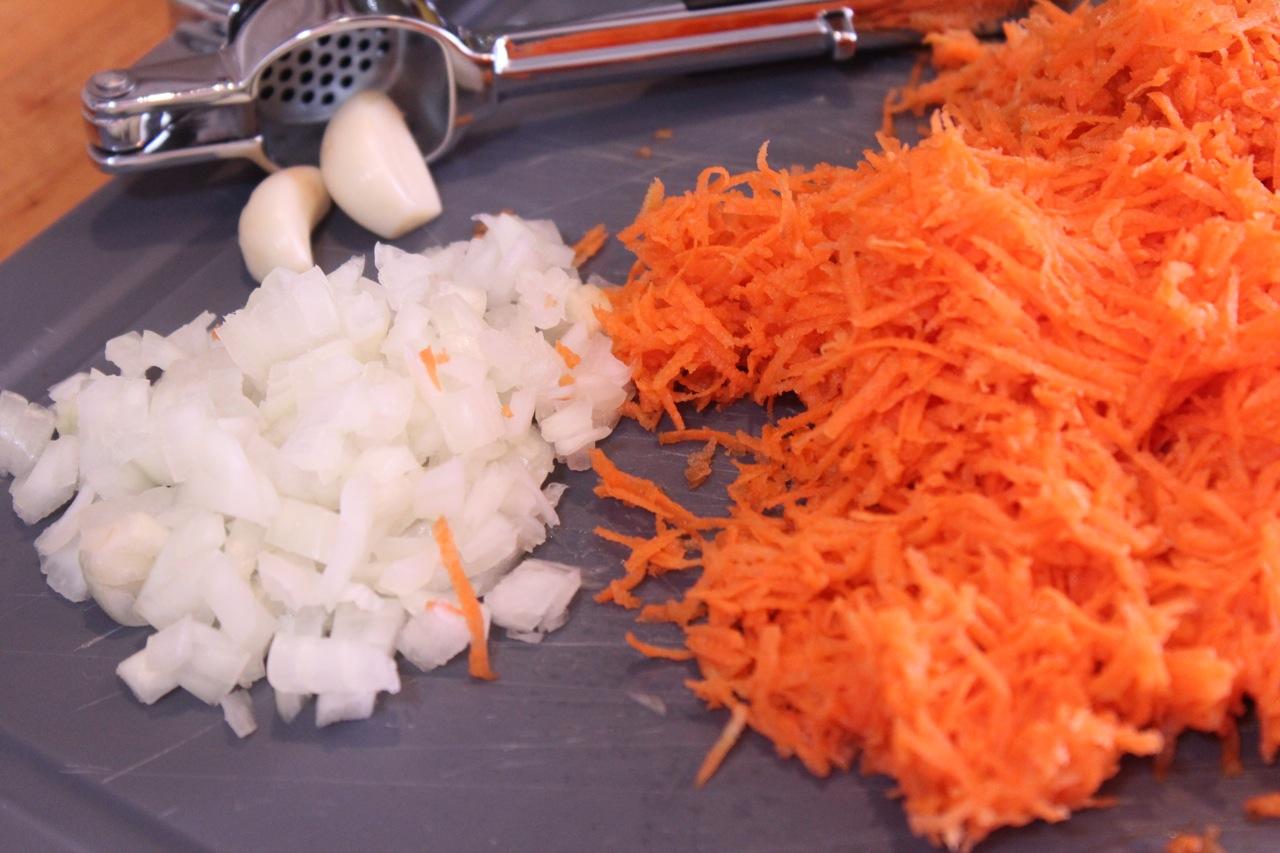 Cenoura ralada, cebola picada e alho descascado