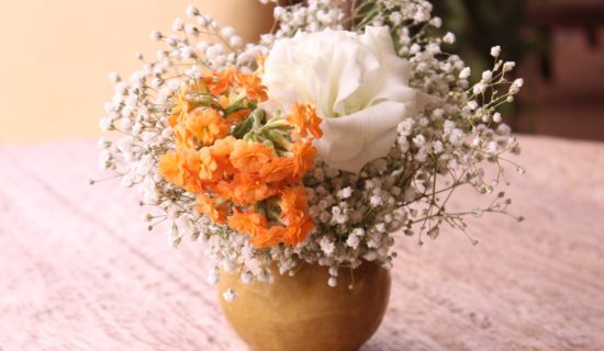 Outro vaso para mesa de centro com gipsofila, lisianto e kalanchoe