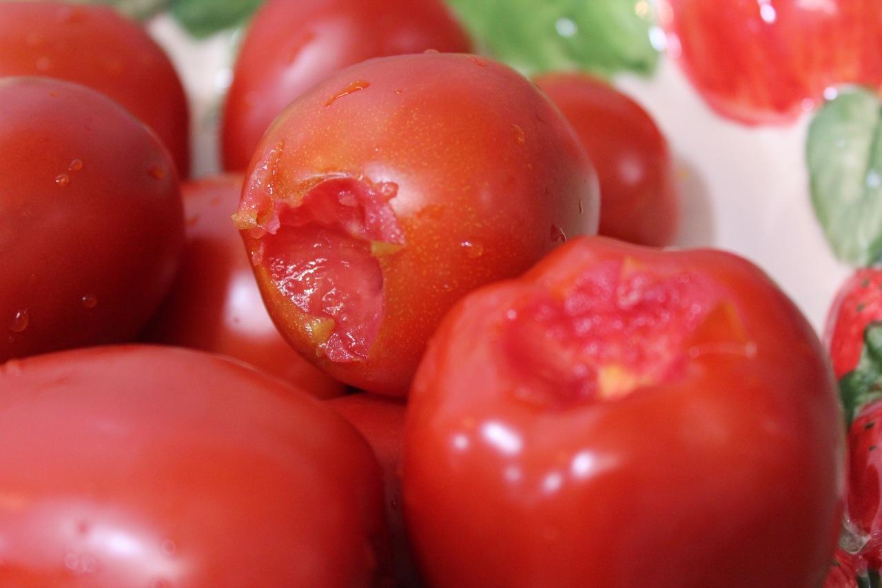 Tomates lavados e sem a parte do talo, antes de irem à panela