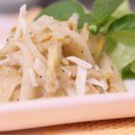 Peras adocicadas com queijo de cabra para salada