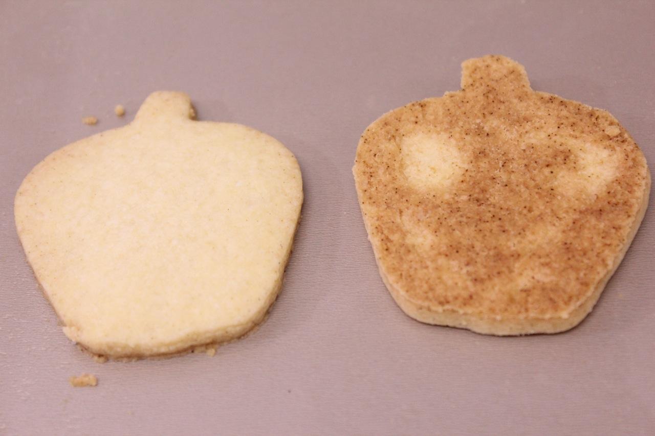 Sequilho em formato de maçã depois de assado: a parte de cima e a parte debaixo.