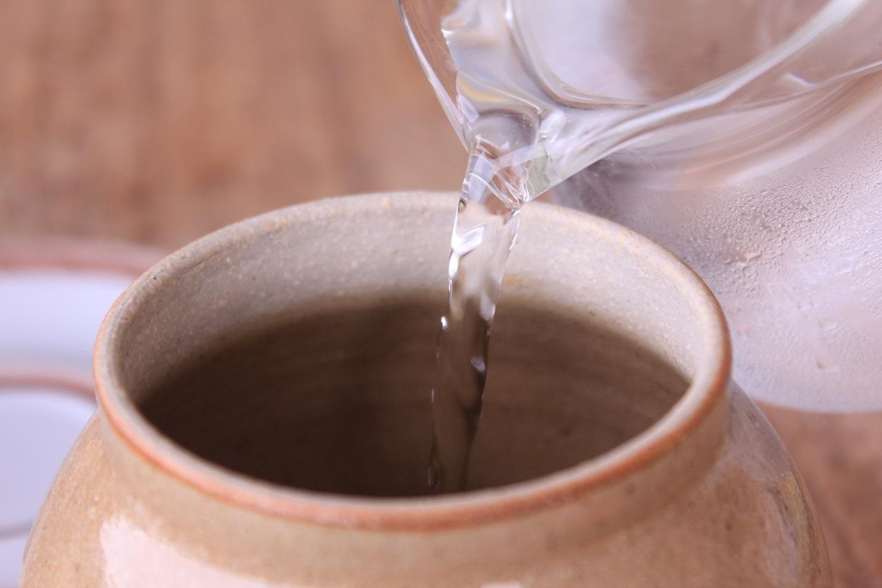 Coloque água até a metade do pote