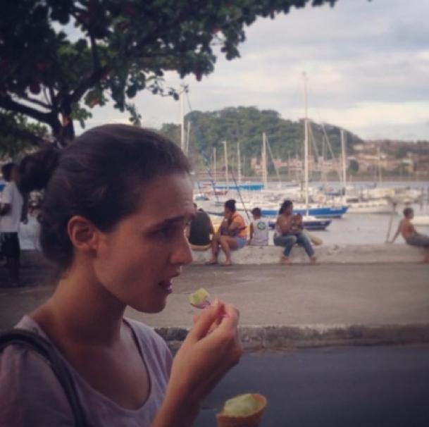 Roberta tomando sorvete de umbú. Vem até com pedacinhos da casca da fruta :)