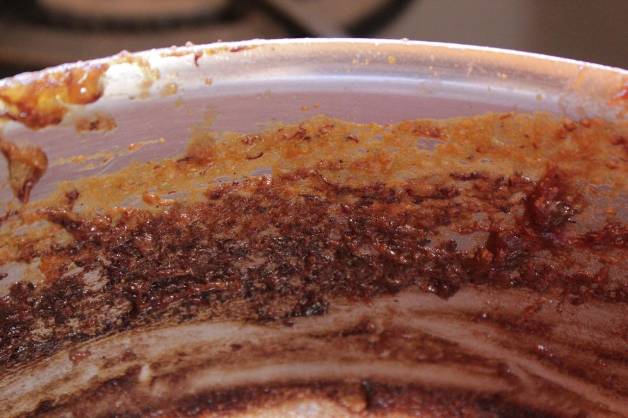 Diferença de cor que ficou na panela: a cor do doce claro no início do cozimento e, embaixo, ele escuro.