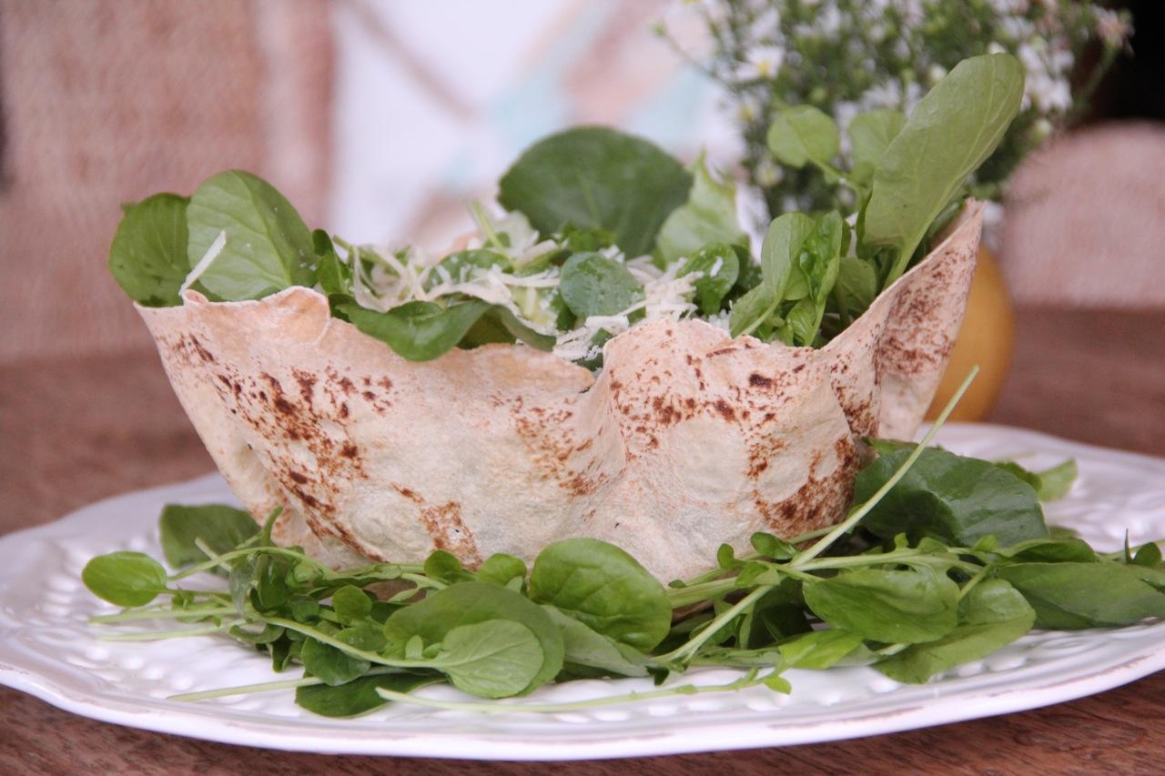 salada-verde-na-cesta-de-pao-de-folha-4