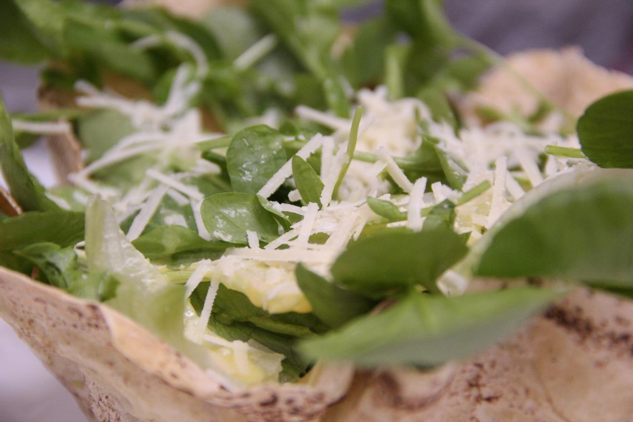 salada-verde-na-cesta-de-pao-de-folha-6