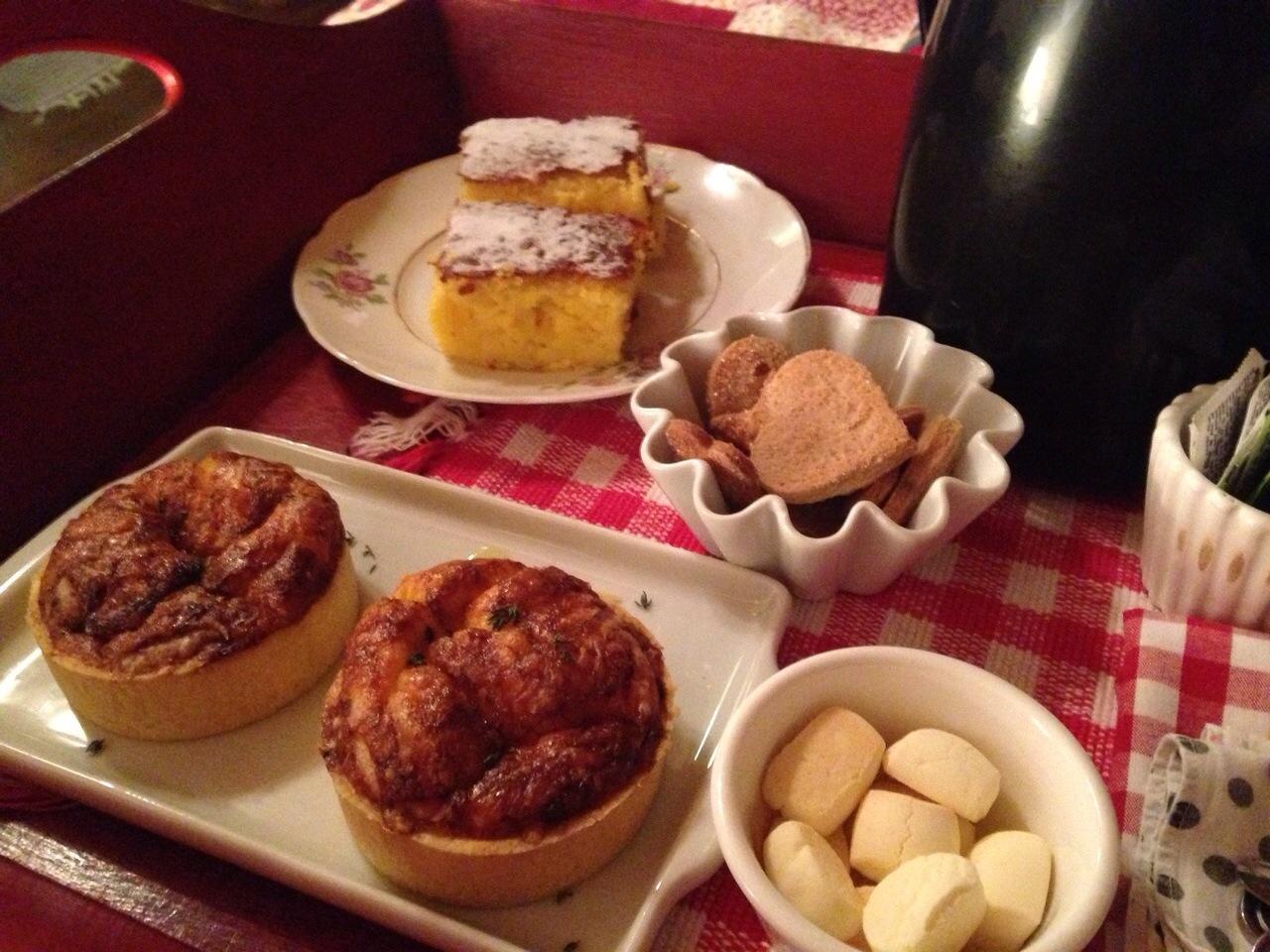 Quiche de queijo e tomate, bolo de milho e biscoitinhos