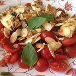 Salada de queijo grelhado, tomate e azeitona